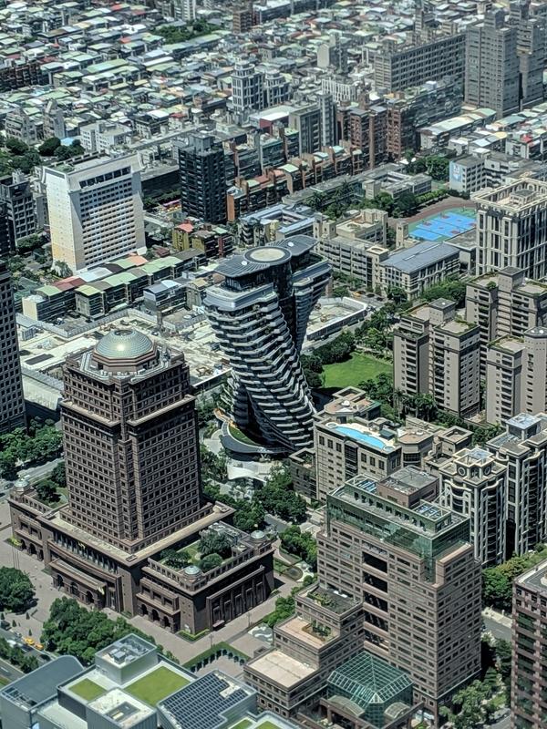 台北101の展望台から西側の捻れたビル