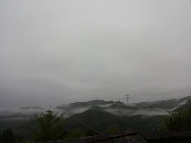 霧がかった山