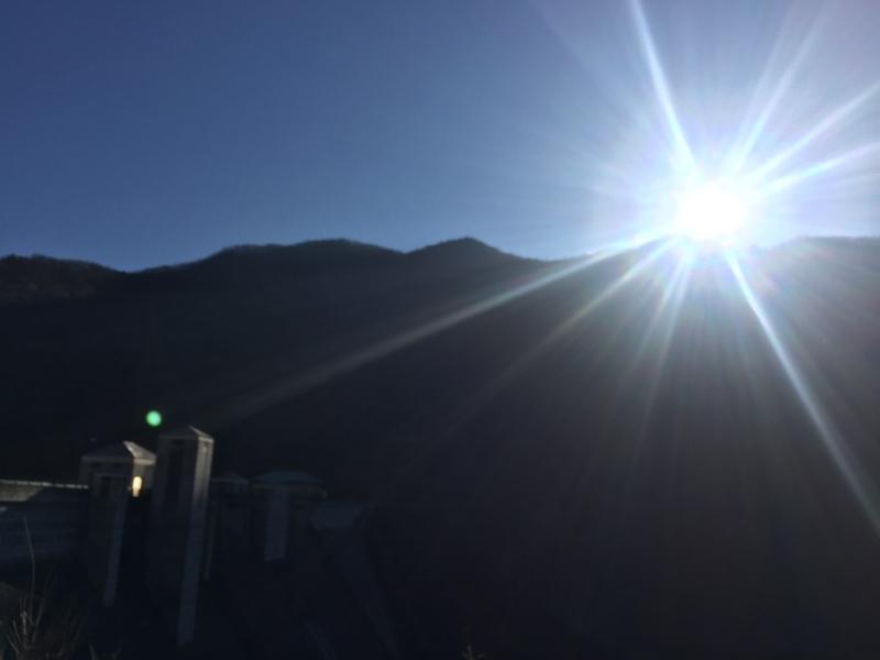 朝の四万川ダム