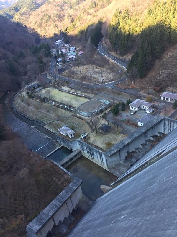 四万川ダムから見下ろす風景