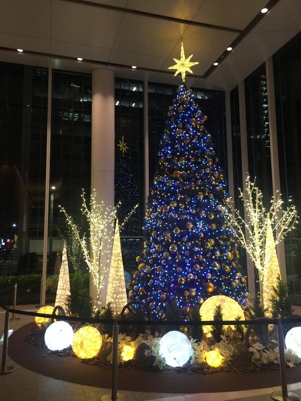 点灯したクリスマスツリー