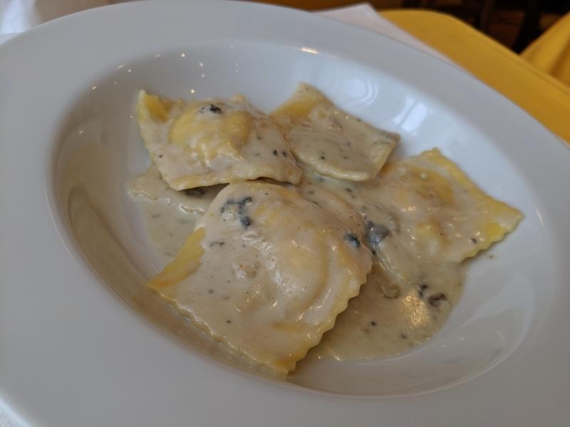 イチジクとリコッタチーズを詰めたラビオリ、ゴルゴンゾーラのソース