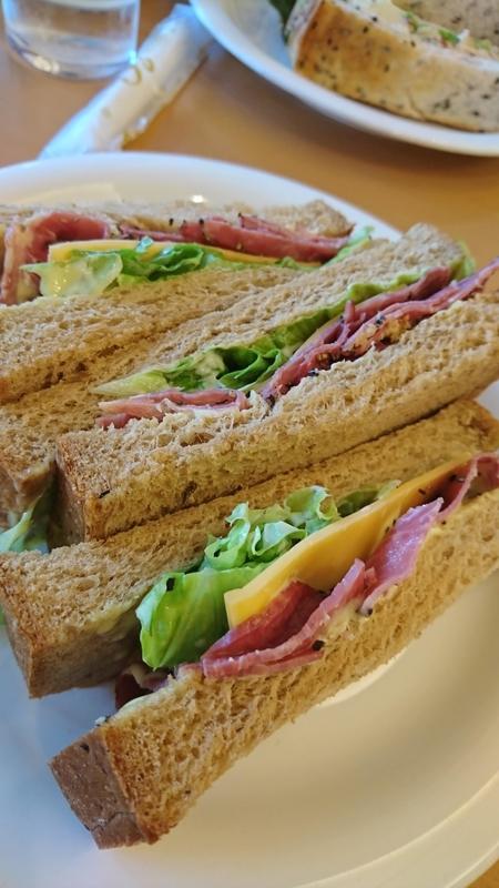 ビーフパストラミのサンドイッチ