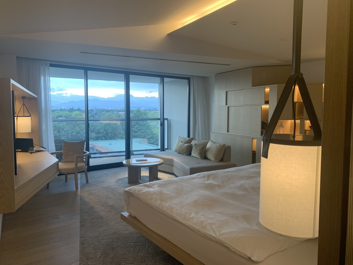 ソラノホテル、部屋全体、窓正面