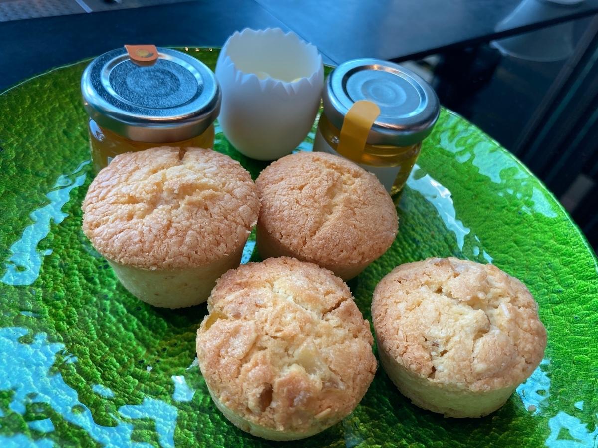 プレーンスコーン、アーモンドとレモンのスコーン、 ハチミツ 、オレンジマーマレード