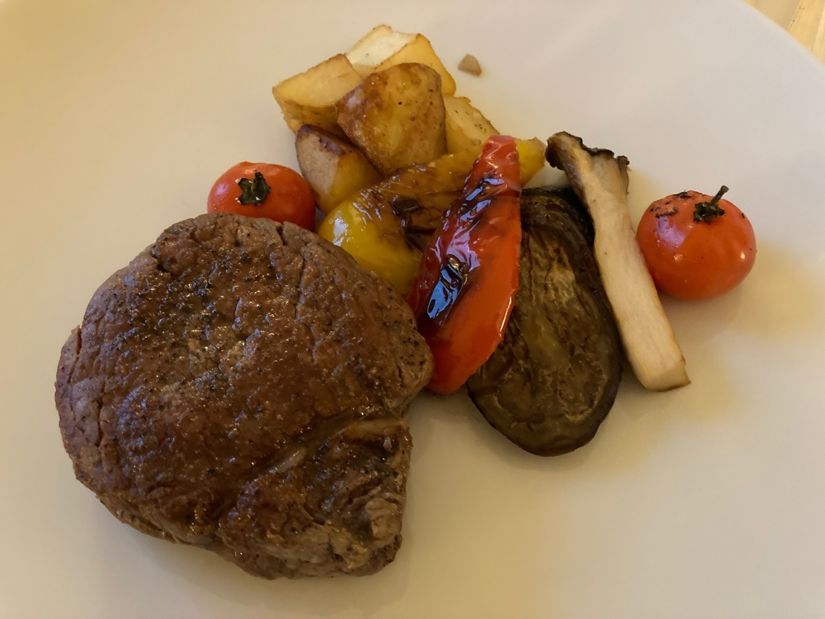 牛テンダーロインステーキ、肉料理、ルームサービス