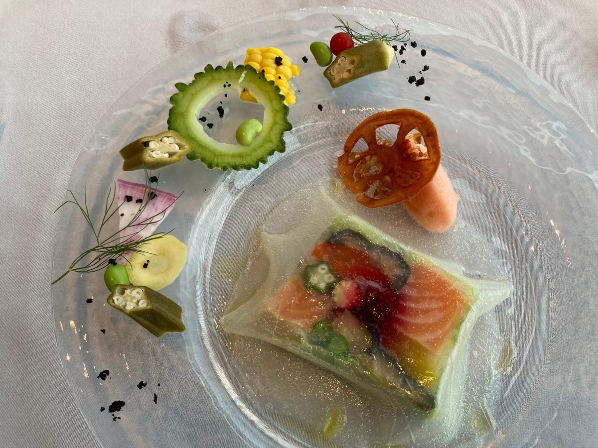 サーモン、カラフル野菜のプレッセ、トマトのソルベ