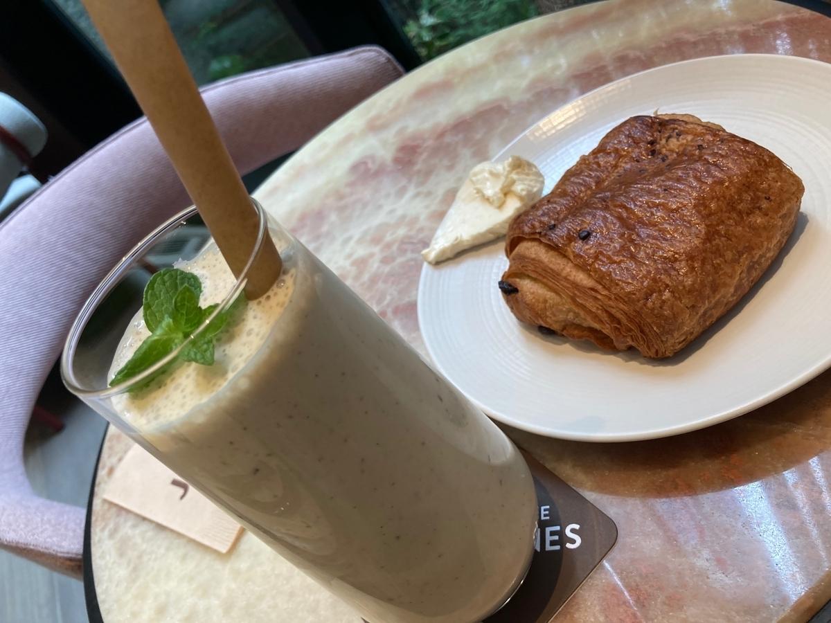 季節のスムージー、パン・オ・ショコラ