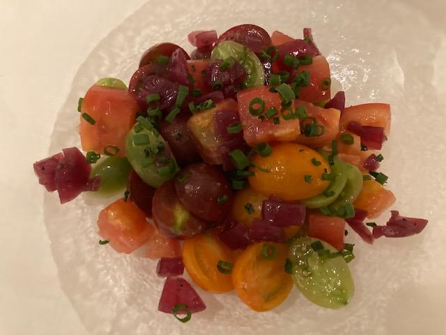 完熟トマトのサラダ、赤玉葱のピクルス、ルームサービス