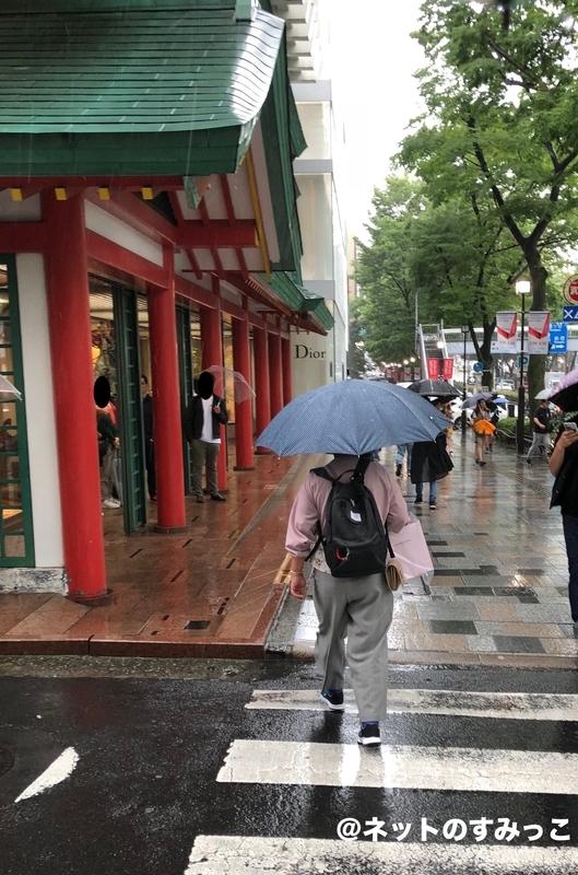 セブチ カフェ表参道_赤い柱の建物