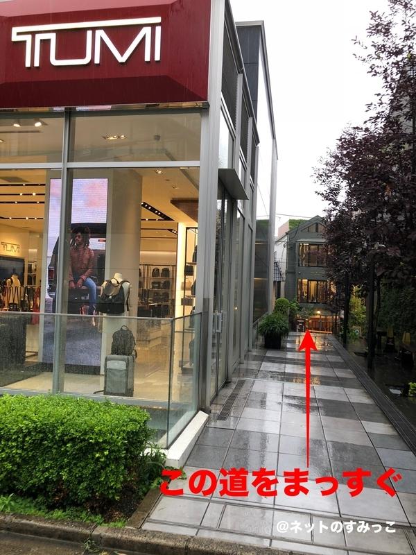 セブチ カフェ表参道_赤い看板の店の横道