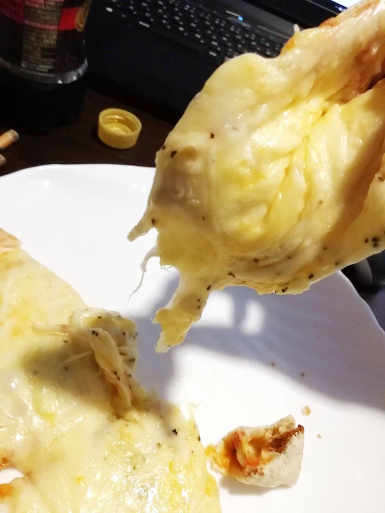 チーズメガ盛りチルドピザを分けているところ