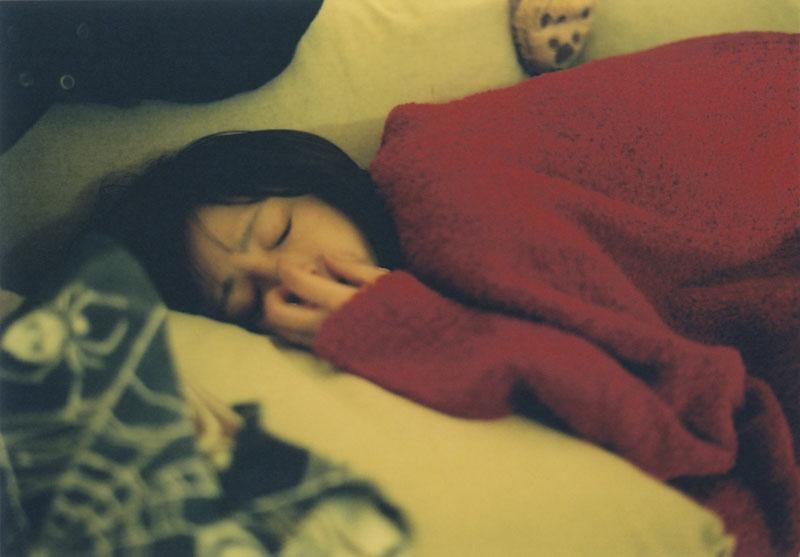 寝ている安達祐実