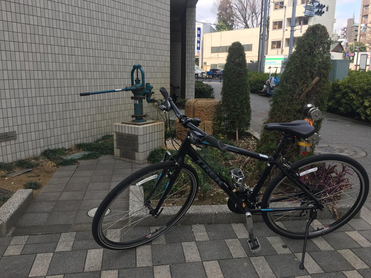 防災用の井戸と自転車