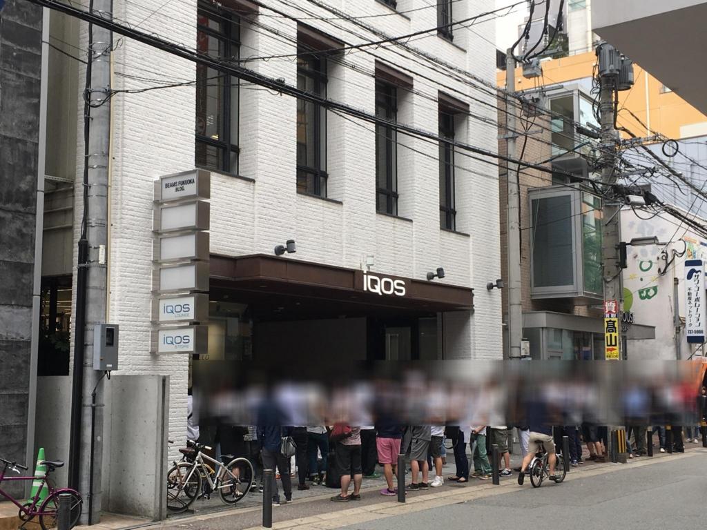写真:アイコスストア福岡の開店を待つ行列