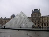 ルーブル美術館のピラミッド。