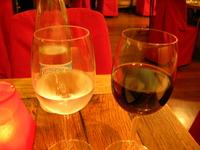 4.5ユーロの水と6.5ユーロの赤ワイン。