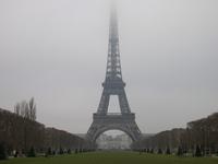 エッフェル塔。雲かかってる。。。