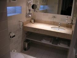 洗面台、手前にトイレ