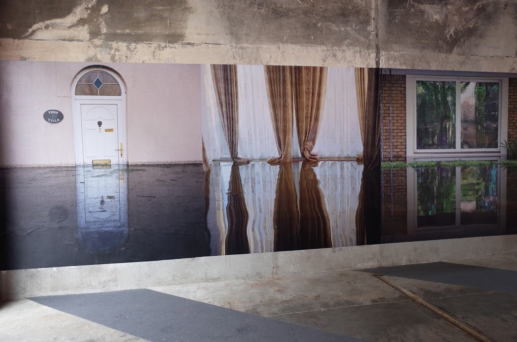 絶望しか無いと感じたギデオン・メンデルの「Drowning World」 | KYOTO GRAPHIE 三三九(旧貯氷庫)