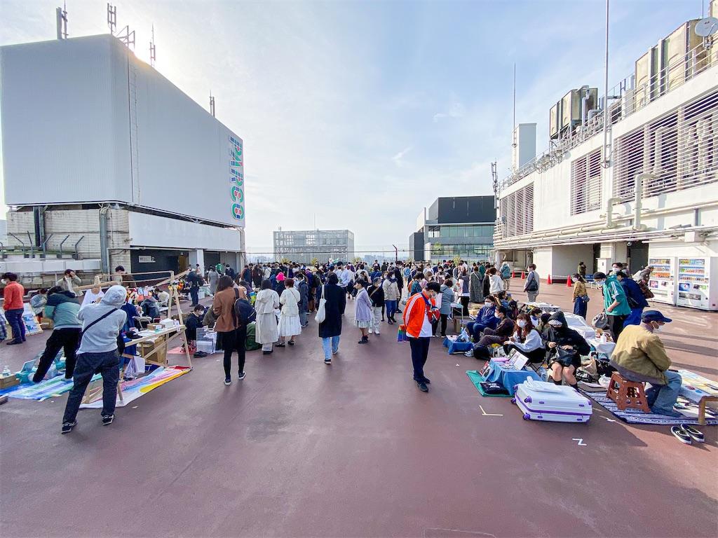 吉祥寺ZINEフェスティバルの会場。人が入ってる!そしてデパートの屋上イベント気持ち良い