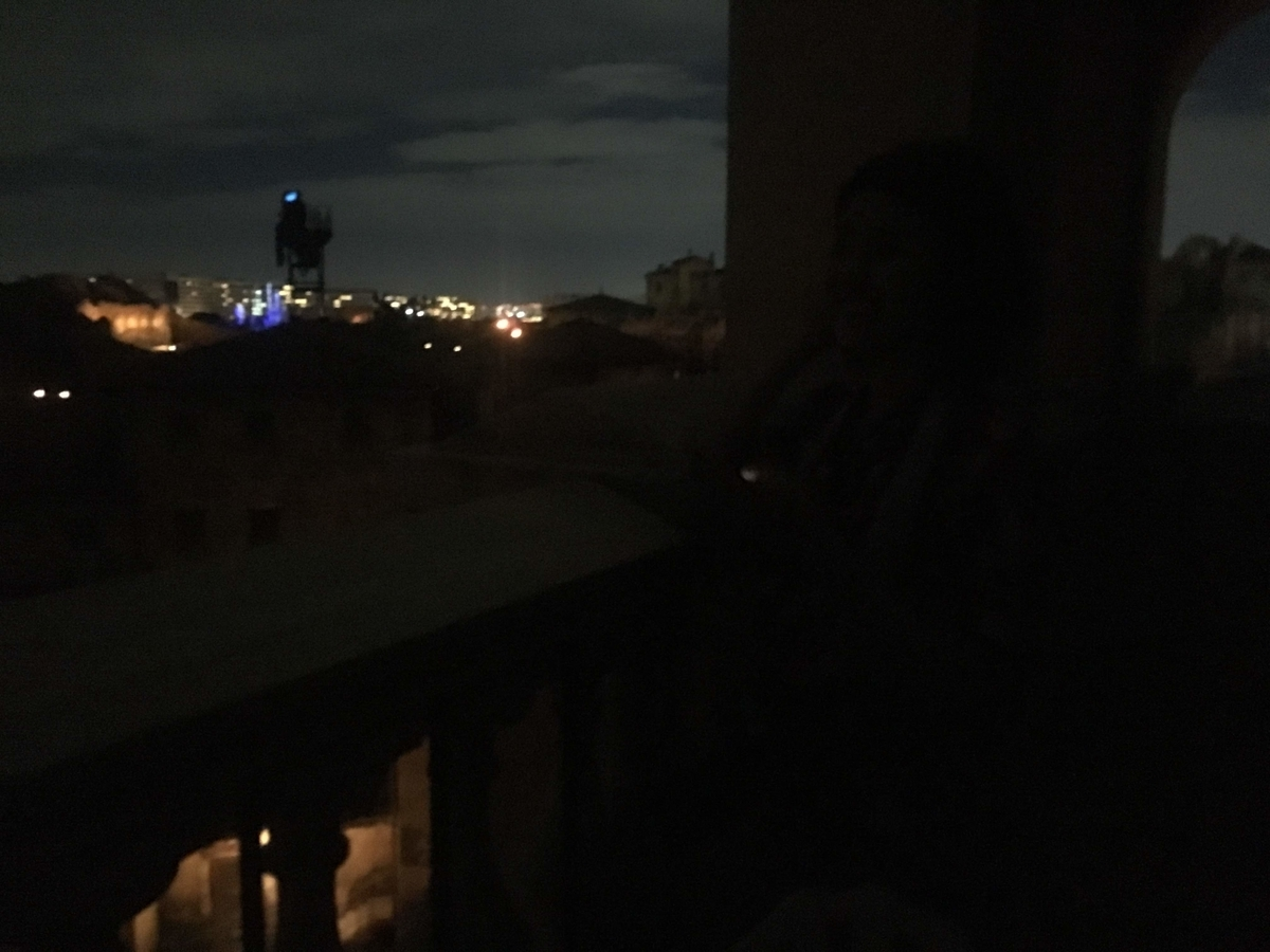 夜のテラス