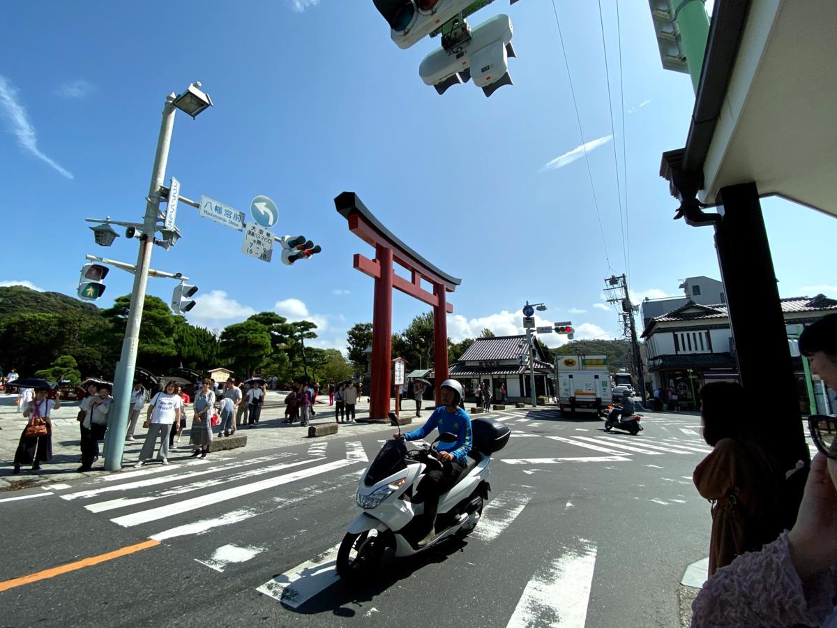 鶴岡八幡宮前のT字路を超広角レンズで撮影