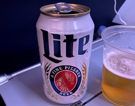 日本ではあまり見ないビールとDELTAロゴのカップ
