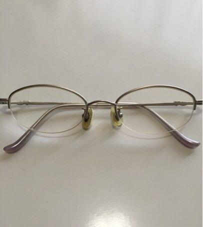 鼻パッドにスポンジをつけた眼鏡の写真