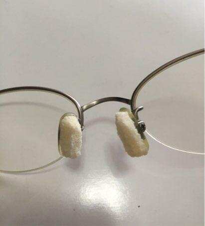 鼻パッドにスポンジをつけた眼鏡のアップの写真