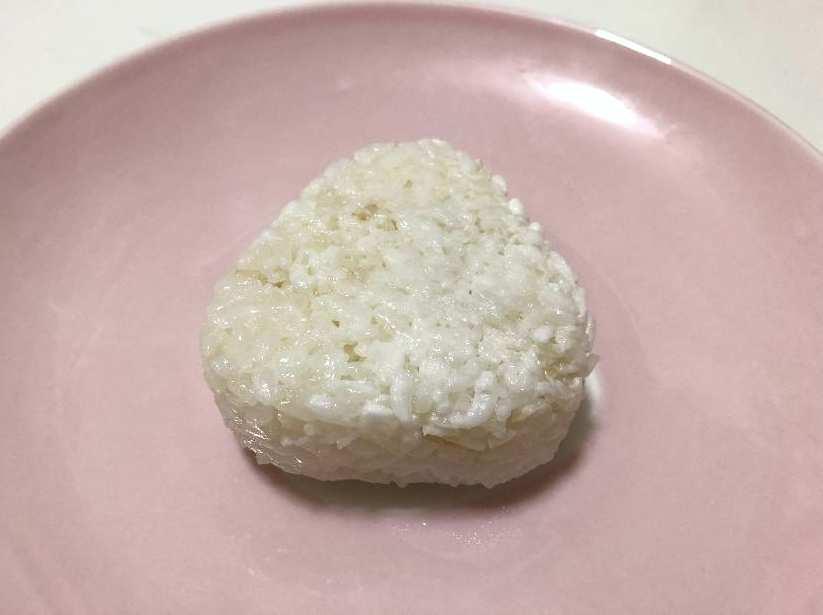 昆布出汁の塩おにぎりの見た目(裏)