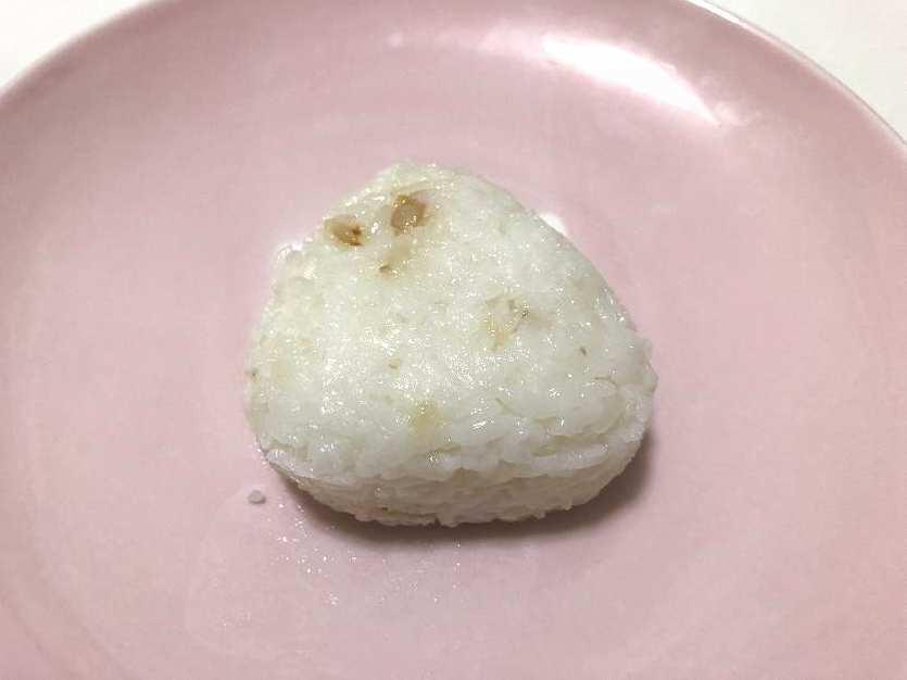 昆布出汁の塩おにぎりの見た目(表)