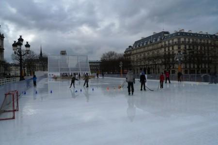 パリ市庁舎前のアイスリンク