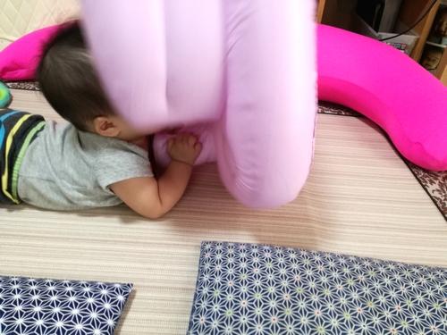 バスチェアで遊ぶ赤ちゃん