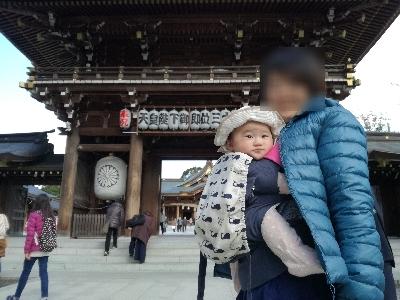 寒川神社神門前にて