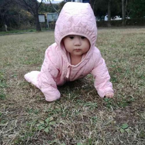 公園でハイハイ赤ちゃん