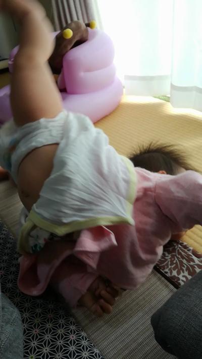 赤ちゃんダイナミックに転がる