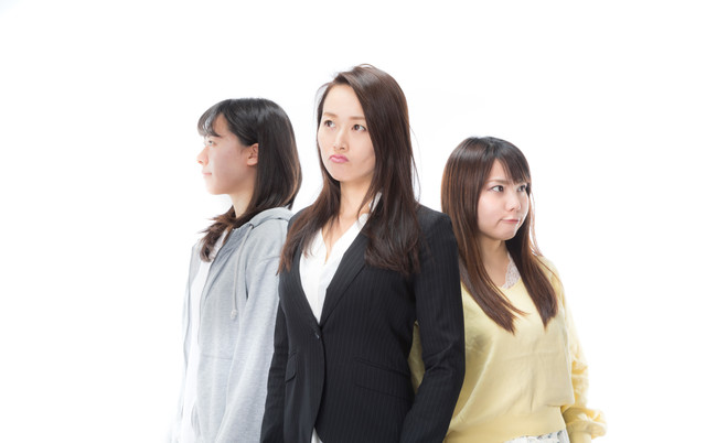 迷う女性三人