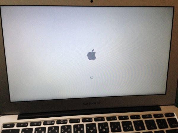 PRAMクリアで画面が表示された「MacBook Air」