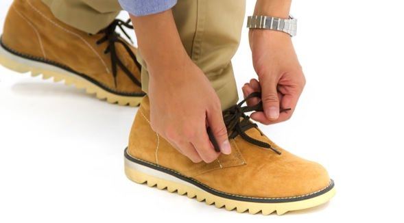 靴紐を結う画像