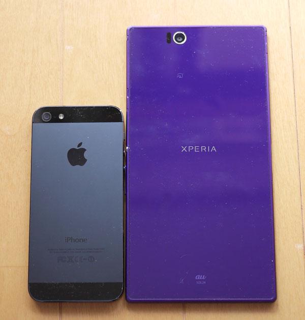 「Xperia Z Ultra」と「iPhone 5」の大きさ比較 裏側