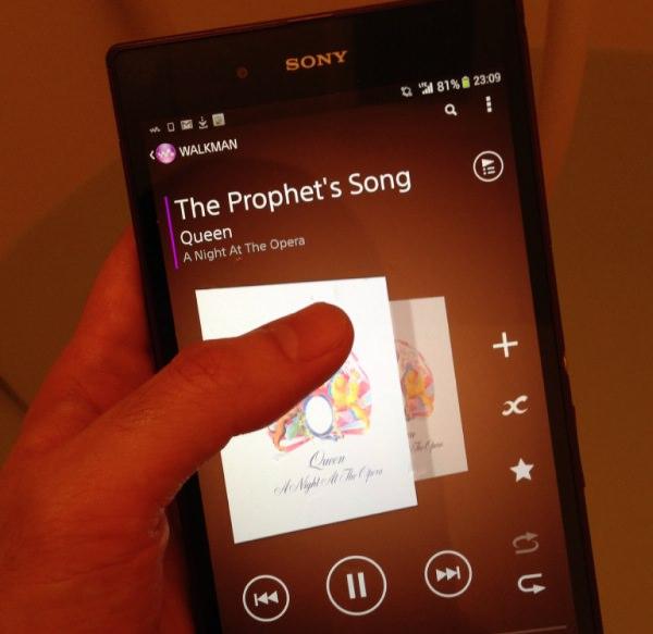 「Xperia Z Ultra」を濡れた手で操作している画像