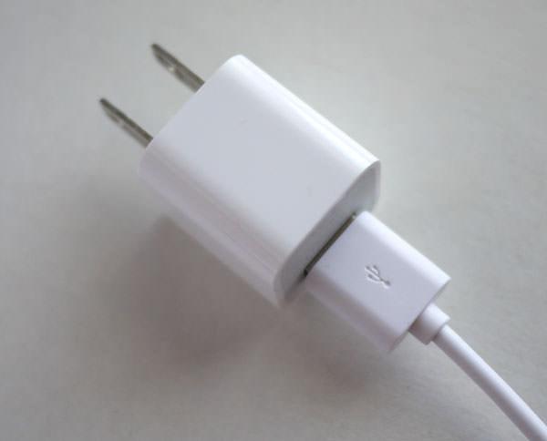 ケーブルの反対側にはコンセントに繋ぐための接続プラグを繋ぎます