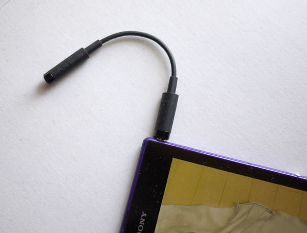 Xperia Z Ultra でテレビを見るには専用のアンテナをイヤフォンジャックに挿し込む