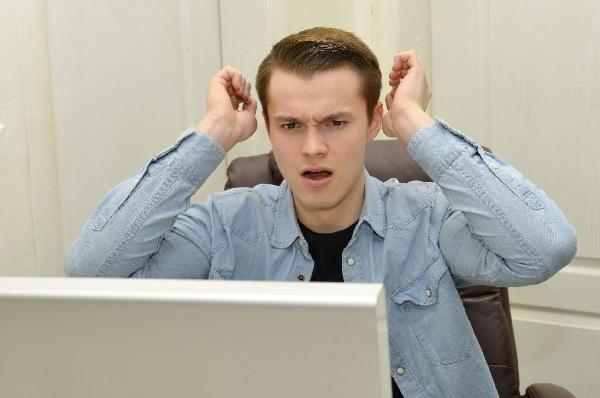PCで悩む人の画像