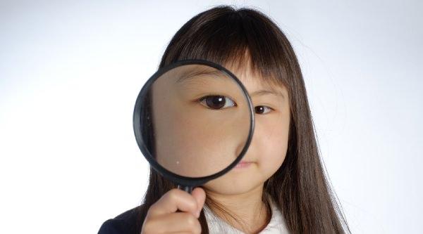 虫眼鏡を持っている少女
