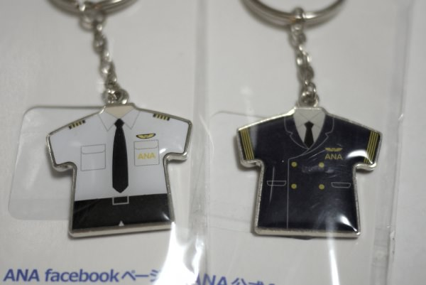 ANAの制服型キーホルダー 表は機長の制服