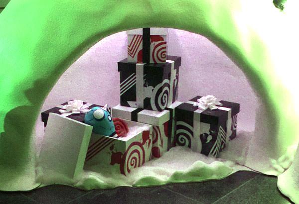 六本木ヒルズ「ティム・バートンの世界」クリスマスツリー横のプレゼント
