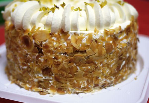 ケーキの側面はアーモンドスライスがびっしり