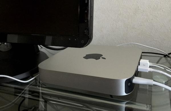 Mac mini v 机の上に横向きで置いた状態